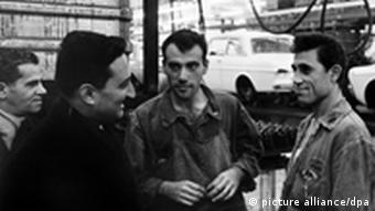 Трое турецких рабочих в заводском цеху
