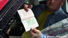 Ein weißrussischer Staatsangehöriger, der am Morgen des 1.10.2003 mit seinem Pkw am Grenzübergang bei Bobrowniki nach Polen einreisen will, zeigt sein Visum. Mit der seit dem 1.10. in Polen geltenden Visumspflicht für Russen, Weißrussen und Ukrainer ist die Zahl der osteuropäischen Besucher an den Grenzübergängen deutlich gesunken. Mit dem bevorstehenden EU-Beitritt im Mai kommenden Jahres wird die polnische Ostgrenze zur Außengrenze der EU. Gemäß Schengen-Abkommen ist Polen damit für den Schutz auch der westlichen EU-Staaten vor illegaler Einwanderung und Schmuggelkriminalität zuständig. Für Projekt : Destination Europe Verschiedene Wege der Migration