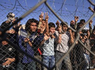 Im griechischen Flüchtlingslager Filakio drängen sich die Menschen an den Zaun. (Foto: AP)