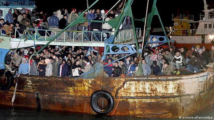 Die Überfahrt Mittelmeer Überfüllung der Schiffe Flash-Galerie (picture-alliance/dpa)