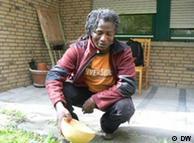 Jimas Sanwidi esparce agua para sus antepasados.