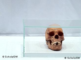 Einer der Schädel aus Namibia, die zurückgegeben werden - aufgestellt im Hörsaal der Charité zur feierlichen Übergabe (Foto: DW/Scholz)