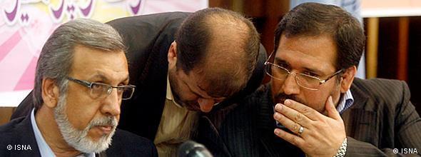محمود خاوری مدیرعامل فراری بانک ملی در کنار وزیر اقتصاد دولت دهم. حسینی ناگهان رقم اختلاس را از ۳ هزار میلیارد تومان به ۱۷۰۰ میلیارد تومان کاهش داد!
