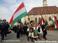 Szekler-Ungarn ziehen mit Fahnen durch die Stadt (Foto: dpa)