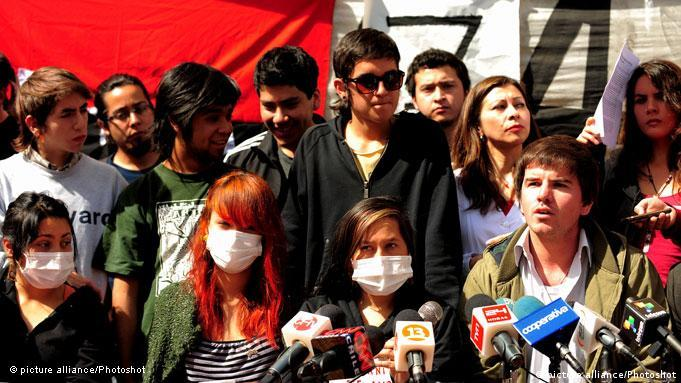 Giorgio Jackson (R), leader of the Confederation of Students (Confech), announces the end of a hunger strike that students have maintained, in Santiago, capital of Chile