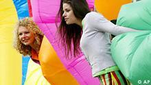 Die Models Anja, links, und Anya posieren am Dienstag, 5. April 2005, in Koeln mit bunten Verticaltubes und weisen damit auf die Internationale Fachmesse fuer Farbe, Gestaltung und Bautenschutz Farbe 2005 hin. Auf der Messe zeigen 413 Aussteller aus 27 Laendern vom 6. bis 9. April 2005 neue Trends zur Raumgestaltung. (AP Photo/Hermann J. Knippertz) ---Models Anja, left, and Anya pose with verticaltubes in Cologne, western Germany, Tuesday, April 5, 2005, for the International Fair for Colors, Design and Structure Protection Colors 2005. The fair will be held from April 6 until 9, 2005. 413 companies from 27 countries will present new trends round the interior decoration. (AP Photo/Hermann J. Knippertz)
