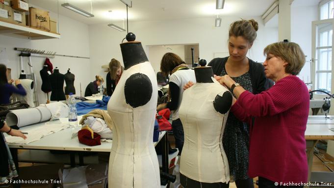 Студенты-дизайнеры работают над созданием коллекции