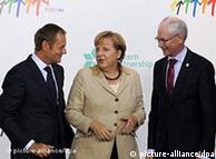 Merkel, flanqueada por Tusk (izquierda) y Herman Van Rompuy, Presidente del Consejo Europeo.