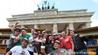 Party-Touristen vor dem Brandenburger Tor (Foto: dpa)