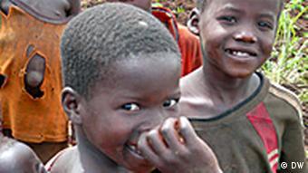 Viele Kinder, wenig Land – für viele Bauern, wie hier in Nord-Uganda, ist das Leben ein täglicher Kampf ums Überleben. (Foto DW/Helle Jeppesen)