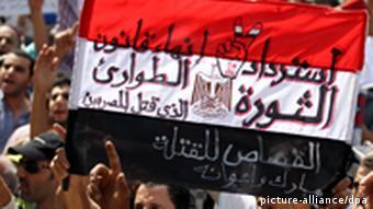 Ägypter demonstrieren und fordern auf Plakaten das Ende der Militärregierung (Foto: EPA)