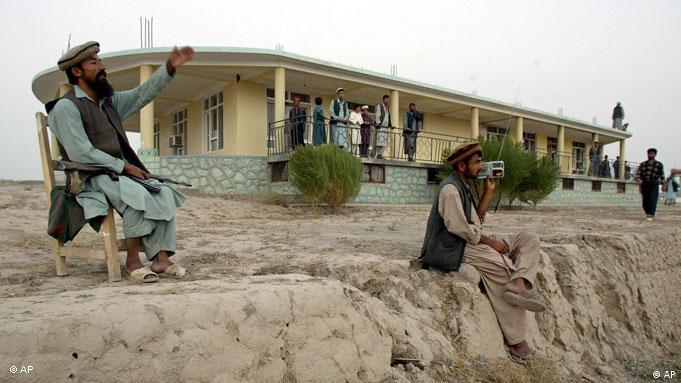 Devant la maison où le Commandant Massoud a été tué en 2001 par de faux journalistes, en fait des membres d'Al-Qaida. (archive de 2002)