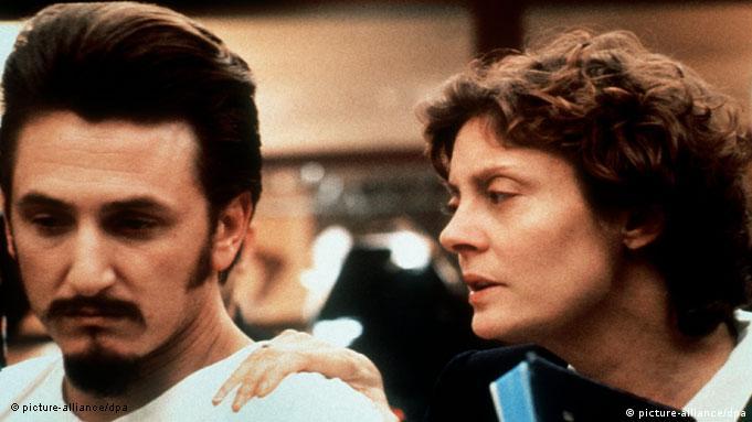 Sean Penn (esq.) e Susan Sarandon em cena de Dead man walking
