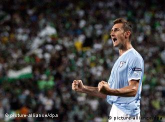 Lazio's Miroslav Klose celebrates after scoring the 1-1 equalizer against Sporting Lisbon during the UEFA Europa League Group D soccer match at Alvalade Stadium in Lisbon, Portugal, 29 September 2011.