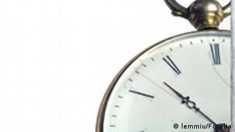 Symbolbild Hauswand Plakat Uhr