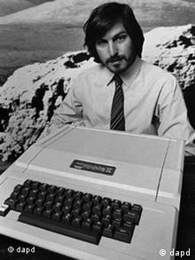 Steve Jobs presenta en 1977 el Apple II.