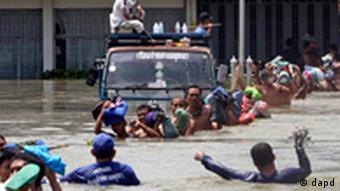 Prisoners at Ayutthaya prison wade in line in a chest-deep flood water to board a bus during an evacuation after flood water hit Ayutthaya province, central Thailand Thursday, Oct. 6, 2011. Nearly 5,000 prisoners in this province were evacuated to the prisons in nearby provinces of Nonthaburi and Lopburi. Flooding in Ayutthaya, the old Thai capital, could threaten ancient Buddhist temples and have alerted residents there to be ready to evacuate as a tropical storm approaches the region. (Foto:AP/dapd)