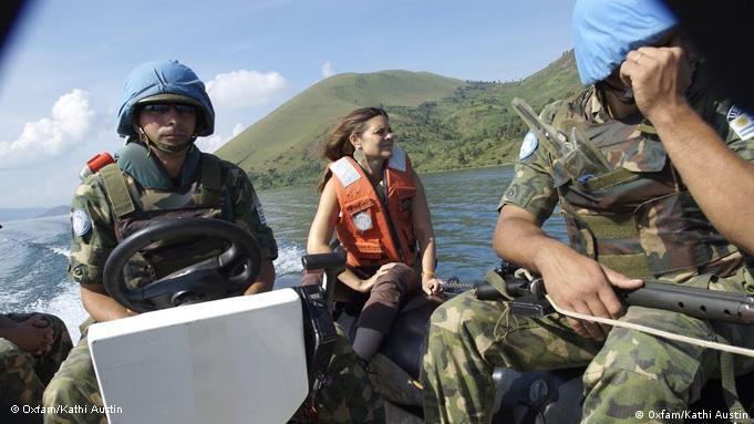 Kathi Lynn Austin, im Auftrage der UN bei einer Kontrollmission am Lake Kivu, Demokratische Republik Kongo (Foto: Oxfam/Kathi Austin)