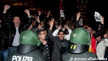 Etwa 30 syrische Regimegegner demonstrieren am Samstagabend (08.10.2011) vor der syrischen Botschaft in Berlin. Einige von den Demonstranten sollen zuvor in die Botschaft eingedrungen sein. Nach Aufforderung des Botschafters habe eine Hundertschaft der Berliner Polizei die Demonstranten aus dem Gebäude herausgeholt und ihre Personalien aufgenommen. Foto: Jörg Carstensen dpa/lbn