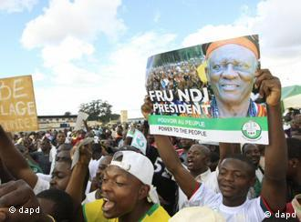Supporters of Presidential candidate of Social Democratic Front party, Ni John Fru Ndi, attend an election rally in Yaounde, Cameroon, Saturday, Oct. 8. 2011. Cameroon goes to the polls Sunday in the final round of presidential elections. (Foto:Sunday Alamba/AP/dapd)