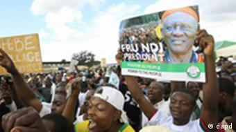 Des supporters brandissant l'effigie de l'opposant Ni John Fru Ndi.