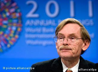 epa02929369 World Bank President Robert Zoellick responds to a question during a press conference at the 2011 IMF/World Bank Annual Meetings in Washington DC, USA, 22 September 2011. Zoellick reportedly urged economically advanced nations to quickly resolve their respective crises before they affect the rest of the global economy. EPA/SHAWN THEW