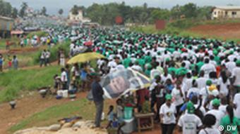 Comícios políticos estão sendo chamados de tsunamis humanos na Libéria, onde massas bloqueiam ruas durante horas
