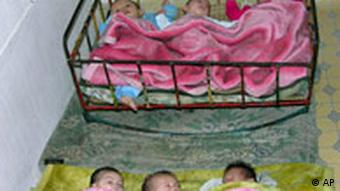 In notdürftigen Kinderbetten liegen Säuglinge gleich zu dritt nebeneinander (Foto: ap)