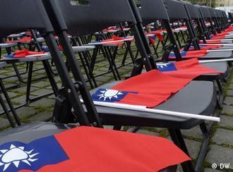 Beschreibung: Stuhl und Fahne, 100 Jahre Republik China (Taiwan) Flash Bildgalarie 6-17  Datum:10.10.2011  Ort:Taipeh, Taiwan  Fotograf: DW/ Shitao Li