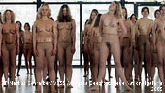 Vanessa Beecroft Nylonstrumpfhosen Performance in Berlin