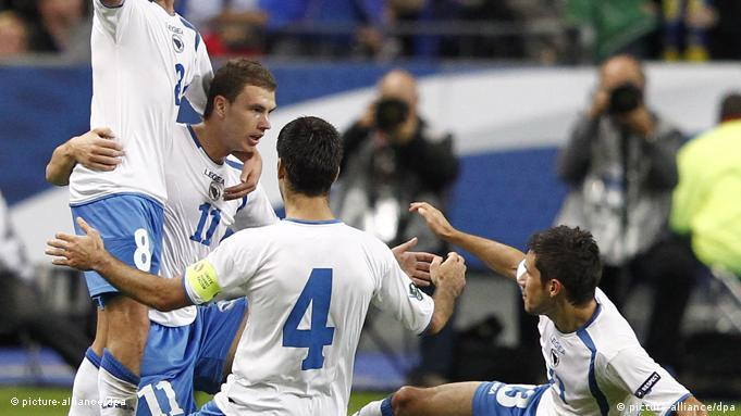 epa02962536 Bosnia and Herzegovina Edin Dzeko (2ndL) jubilates with teammates Miralem Pjanic (L), Emir Spahic (2ndR) Mensur Mujdza (R), after scoring his team first goal against France during a Group D match for the UEFA EURO 2012 qualification, at Stade de France in Saint Denis, outside Paris, France, 11 October 2011. The winner qualifies for next June's tournament in Poland and Ukraine and the loser faces a two-legged playoff. EPA/IAN LANGSDON