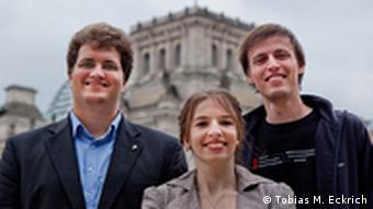 Члены руководства партии Себастиан Нерц, Марина Вайсбанд, Андреас Баум у здания Рейхстага в Берлине
