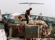 Soldados franceses entregam alimentos em Ruanda, durante a guerra civil do país