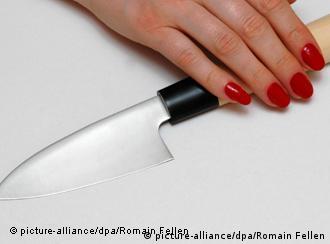 Нож в женской руке