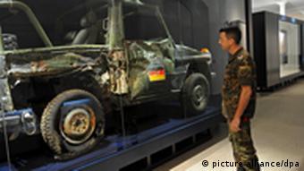 Soldat steht vor Militärjeep Foto: Matthias Hiekel dpa/lsn