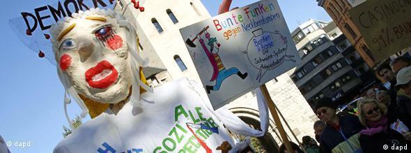###Nicht für Flash-Galerien geeignet!### Ein Teilnehmer einer Demonstration gegen Macht der Finanzmaerkte in einem Karnevalskostuem haelt am Samstag (15.10.11) auf dem Chlodwigplatz in Koeln (Nordrhein-Westfalen) ein Megaphon. Mehrer Personen versammelten sich am Samstag in Koeln, um gegen die Macht der Finanzmaerkte und Banken zu protestieren. (zu dapd-Text) Foto: Hermann J. Knippertz/dapd
