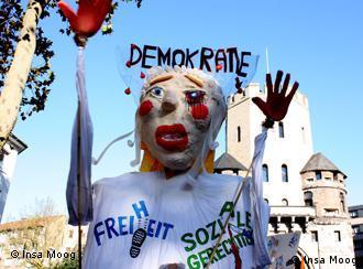 Кукла Демократия с подбитым глазом