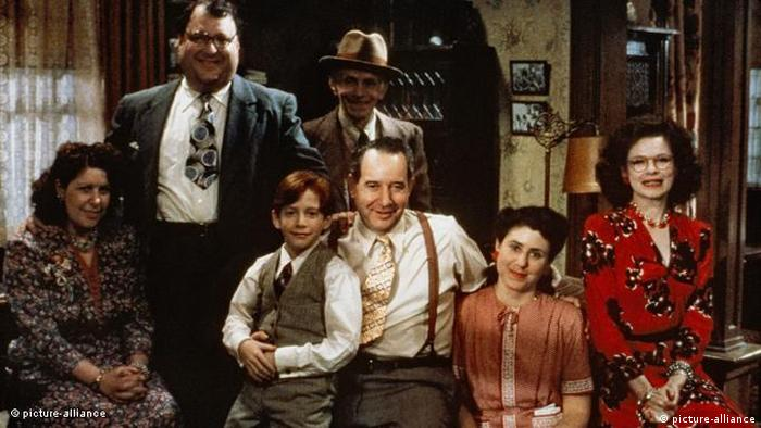 Filmstill aus Woody Allens Radio Days (1987) - Familienporträt (picture alliance).