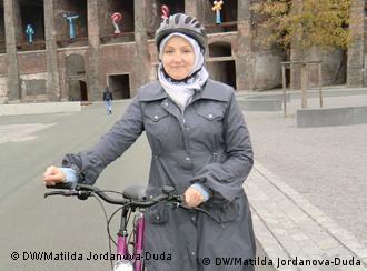 Auf dem bild ist die teilnehmerin des fahrradkurses für migrantinnen