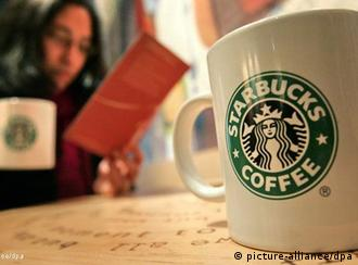 Eine große Tasse mit Kaffee steht auf einem Tisch in einer Filiale der Coffee-Shop-Kette Starbucks, aufgenommen am Samstag (12.01.2008) in Hamburg. Latte Macchiato, Cappuccino und Espresso stehen bei vielen Kaffeetrinkern längst höher im Kurs als der gute alte Bohnenkaffee. Seitdem der Hamburger-Brater McDonald's in den Markt eingestiegen ist, hat sich der Wettbewerb deutlich belebt und eine neue Dynamik hat die Branche erfasst. Der Deutsche Kaffee-Verband schätzt, dass gegenwärtig rund 1500 Coffee- Shops in Deutschland Kaffee-Spezialitäten nebst Kuchen und Gebäck anbieten. Foto: Bodo Marks dpa/lno (zu dpa-Korr. Coffee-Shops endgültig vor dem Durchbruch - Wettbewerb wird härter vom 28.01.2008) +++(c) dpa - Report+++