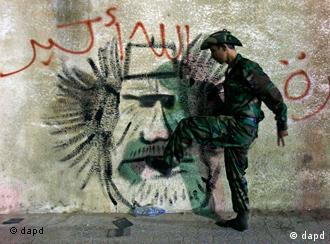 Antigo rebelde líbio sente-se livre para pisar a imagem de Kadhafi