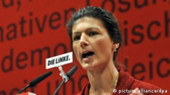 Die stellvertretende Linke-Vorsitzende Sahra Wagenknecht spricht am Freitag (21.10.2011) beim Bundesparteitag der Linken in Erfurt. Bis zum 23.10.2011 findet der Bundesparteitag der Linken in Erfurt statt. Foto: Martin Schutt dpa/lth