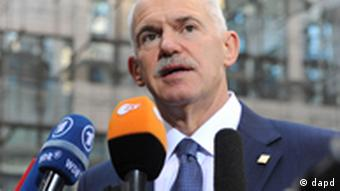 Greek Prime Minister George Papandreou speaks with the media as he arrives for an EU summit in Brussels on Sunday, Oct. 23, 2011. Greece's prime minister is pleading with European leaders in Brussels to act decisively to solve the continent's debt crisis. At a summit Sunday, the leaders are expected to ask banks to accept huge losses on Greek bonds to ease the pressure on the country, and to raise billions more in capital to weather those losses. (Foto:Geert Vanden Wijngaert/AP/dapd)