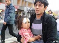 مردی با دختر مجروحش به خیابان شتافته است