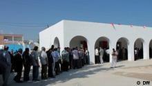 Endloses Warten auf die Wahl Wer hat die Bilder gemacht/Fotograf: DW/ Hendrik Lehmann Wann wurde das Bild gemacht: 23.10.2011 Wo wurde das Bild aufgenommen: Raoued Bildbeschreibung: Am Wahltag mussten viele Tunesier mehrere Stunden warten um an die Urnen zu gelangen. So auch hier in Raoued.