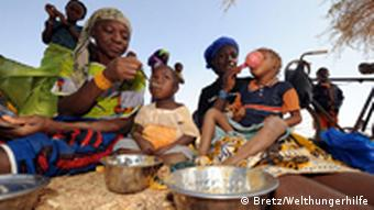 Malian women feeding their children