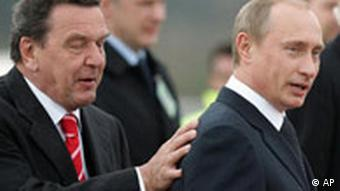 Schroeder places his hand on Putin's shoulder