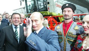 Bundeskanzler Gerhard Schroeder, links, und der russische Praesident Wladimir Putin, 2. von links, waehrend des offiziellen Eroeffnungsrundganges auf der Hannover Messe in Hannover