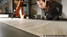 Roboter schreibt Bibel in Schönschrift