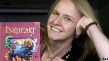 Die Schriftstellerin Cornelia Funke mit der englischen Ausgabe ihres Buches Tintenherz